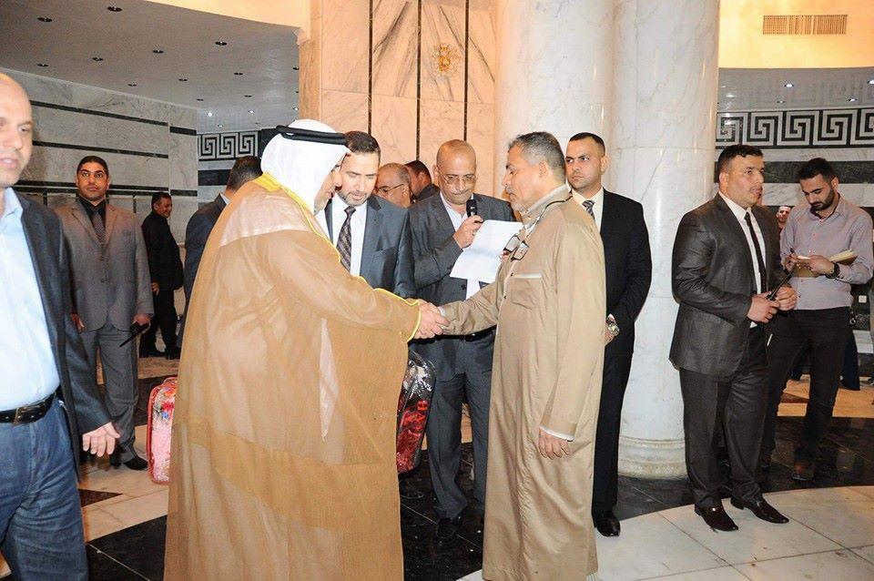 وكيل رئيس الديوان للشؤون الإدارية والمالية يوزع المساعدات على العوائل النازحة في جامع ام القرى (2)