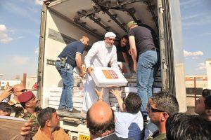 آلاف السلات الغذائية ولحوم الدجاج يوزعها الدكتور الهميم بمخيمات حمام العليل (1)
