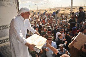 آلاف السلات الغذائية ولحوم الدجاج يوزعها الدكتور الهميم بمخيمات حمام العليل (2)