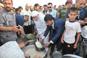 الدكتور الهميم يقيم مأدبة افطار جماعي لنازحي مخيم داقوق ويشارك الطباخين في تقديم الطعام (1)