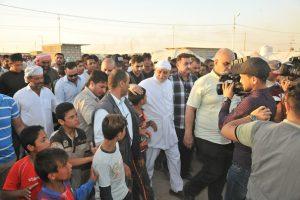 الدكتور الهميم يقيم مأدبة افطار جماعي لنازحي مخيم داقوق ويشارك الطباخين في تقديم الطعام (2)